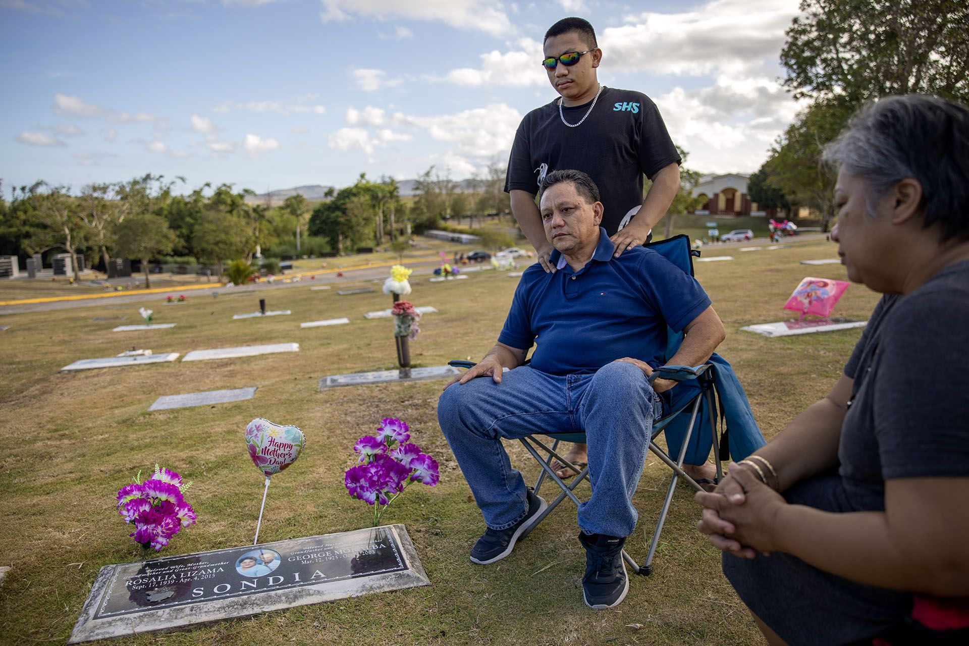 Roland Sondia junto a su hijo Daniel, 19 (AP Photo/David Goldman)