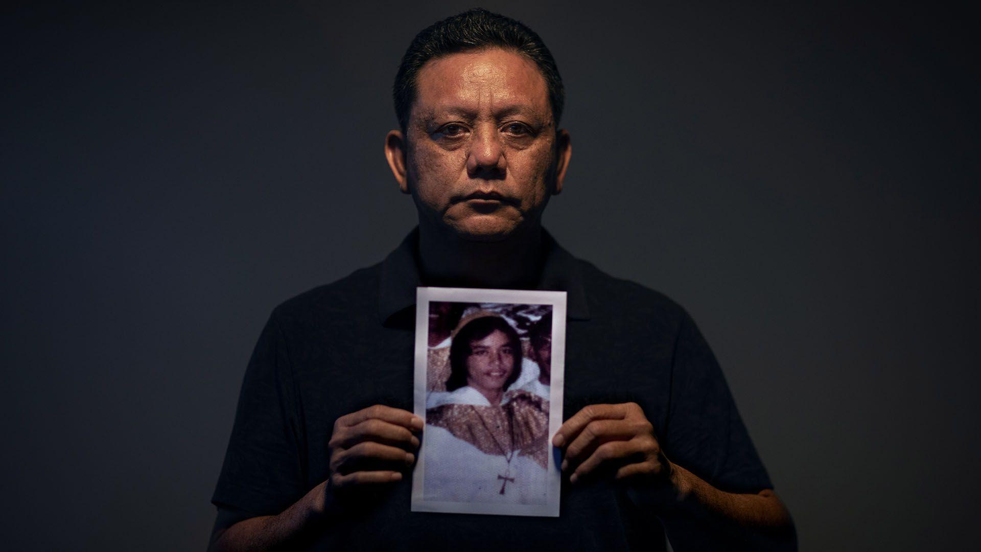 Roland Sondia, 57, sostiene una fotografía de sí mismo siendo niño. Fue víctima deAnthony Apuron (AP Photo/David Goldman)