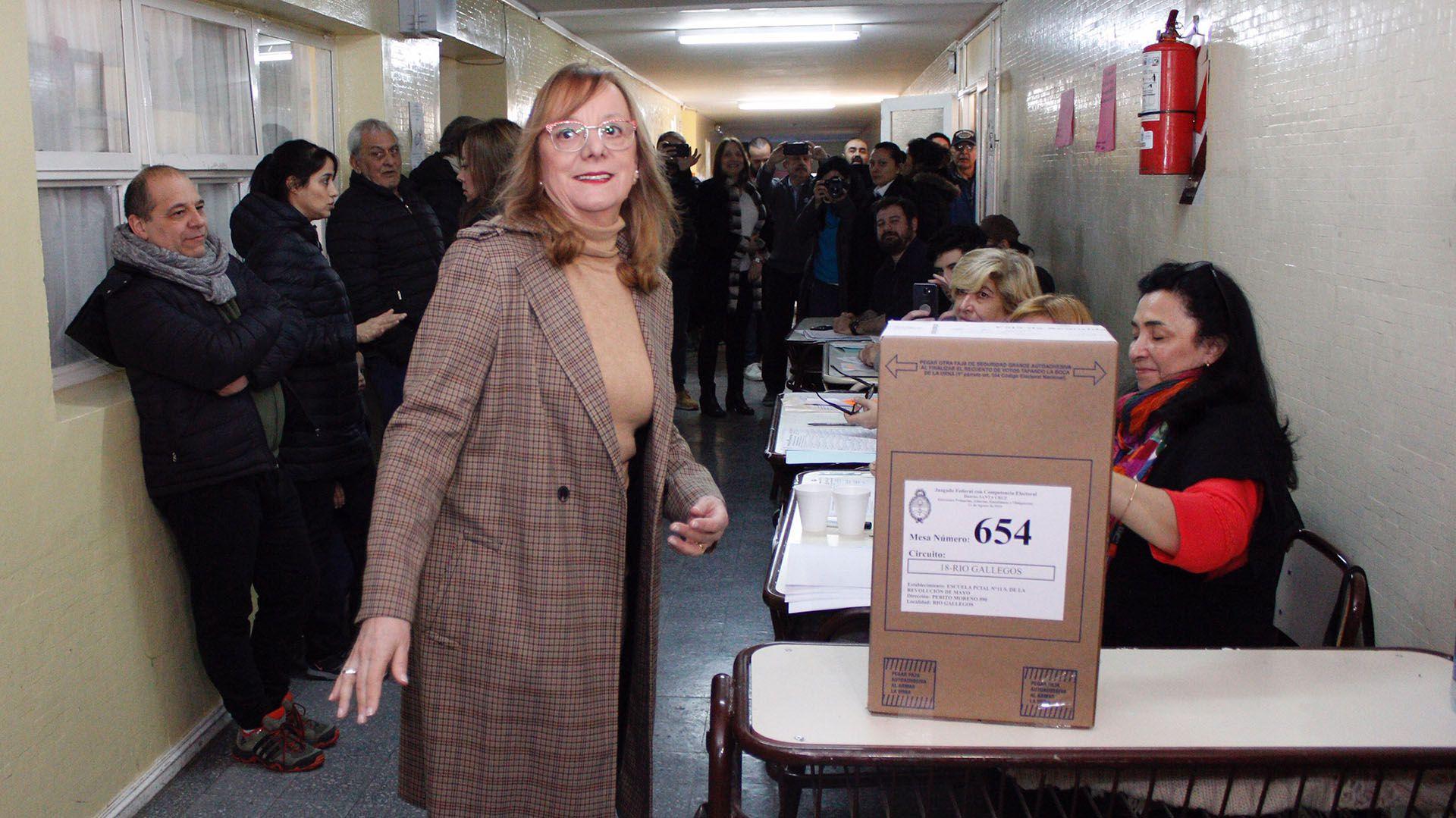 Alicia Kirchner con polera y maxi tapado cuadrillé en colores neutros (Walter Diaz)