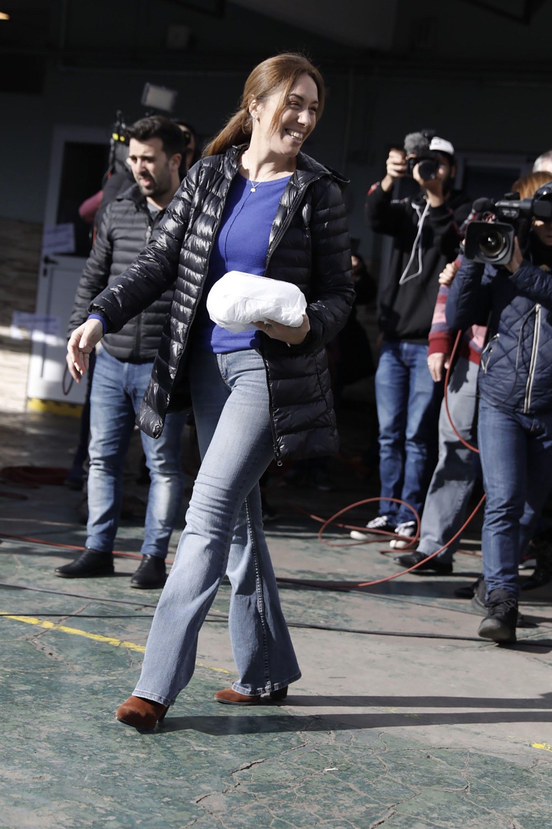 María Eugenia Vidal con su campera de plumas negra y sweater azul