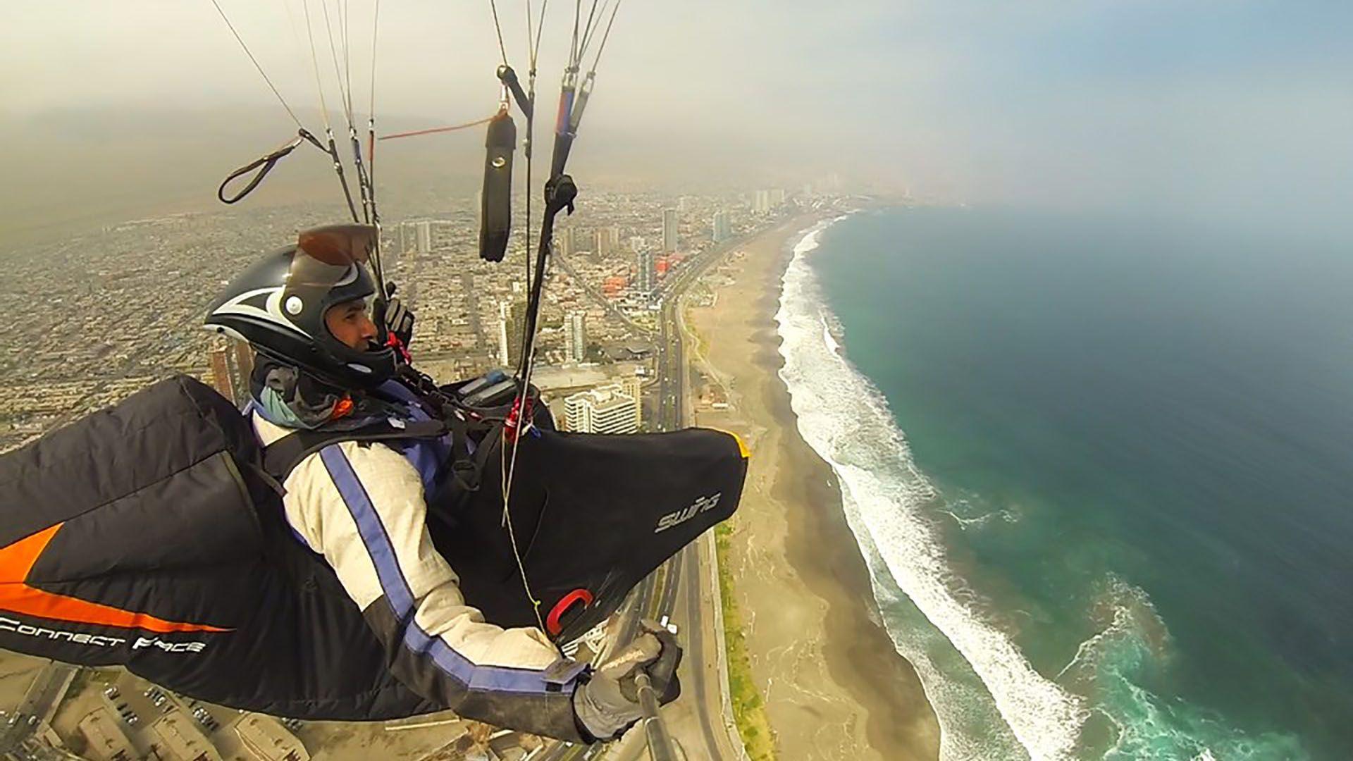 Kegalj, durante uno de sus vuelos en parapente (Facebook)