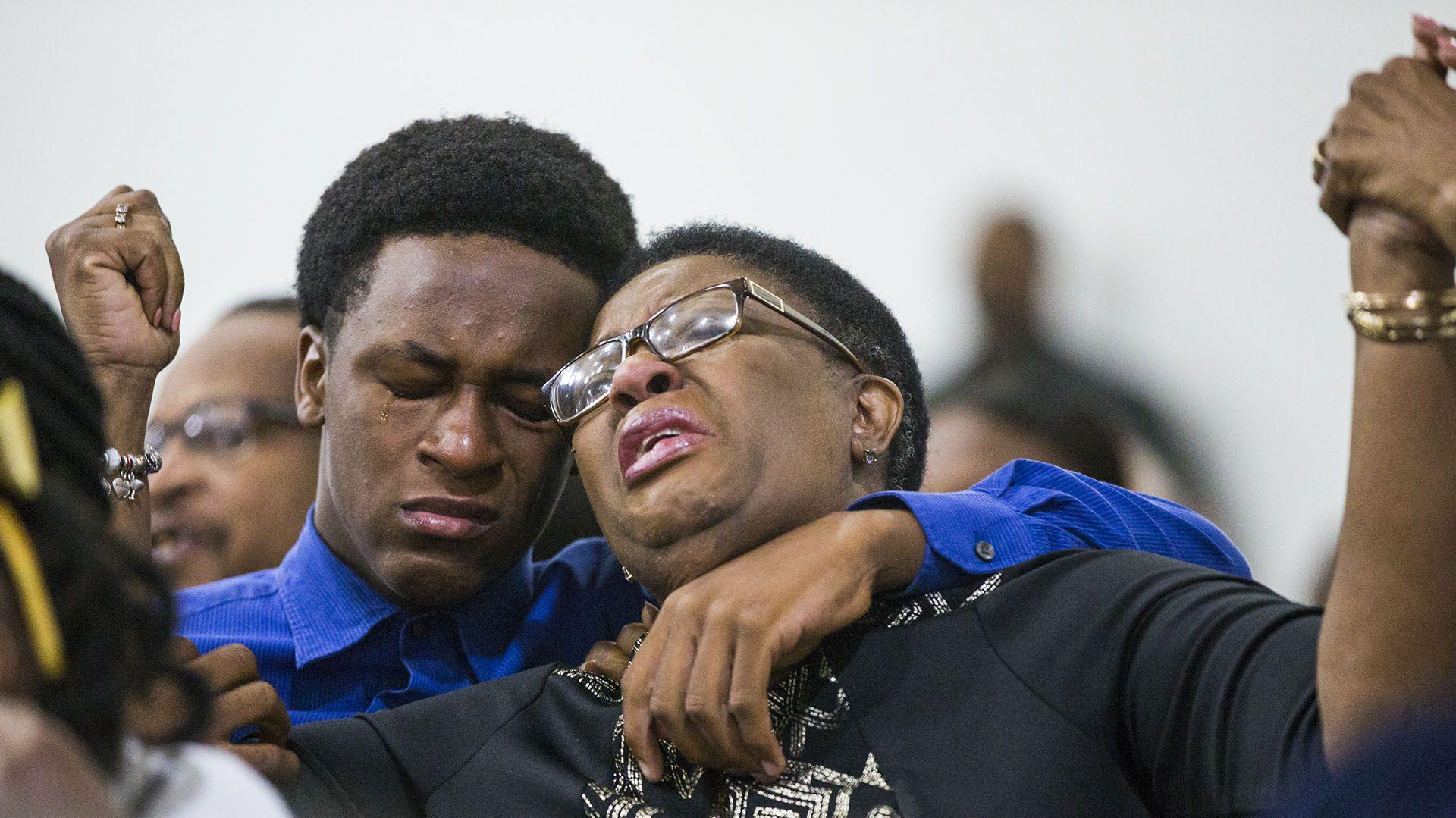 Allison Jean, madre de la víctima,  junto a su hijo Grant durante una ceremonia en una iglesia en Dallas el pasado 9 de septiembre. (Shaban Athuman/The Dallas Morning News via AP)