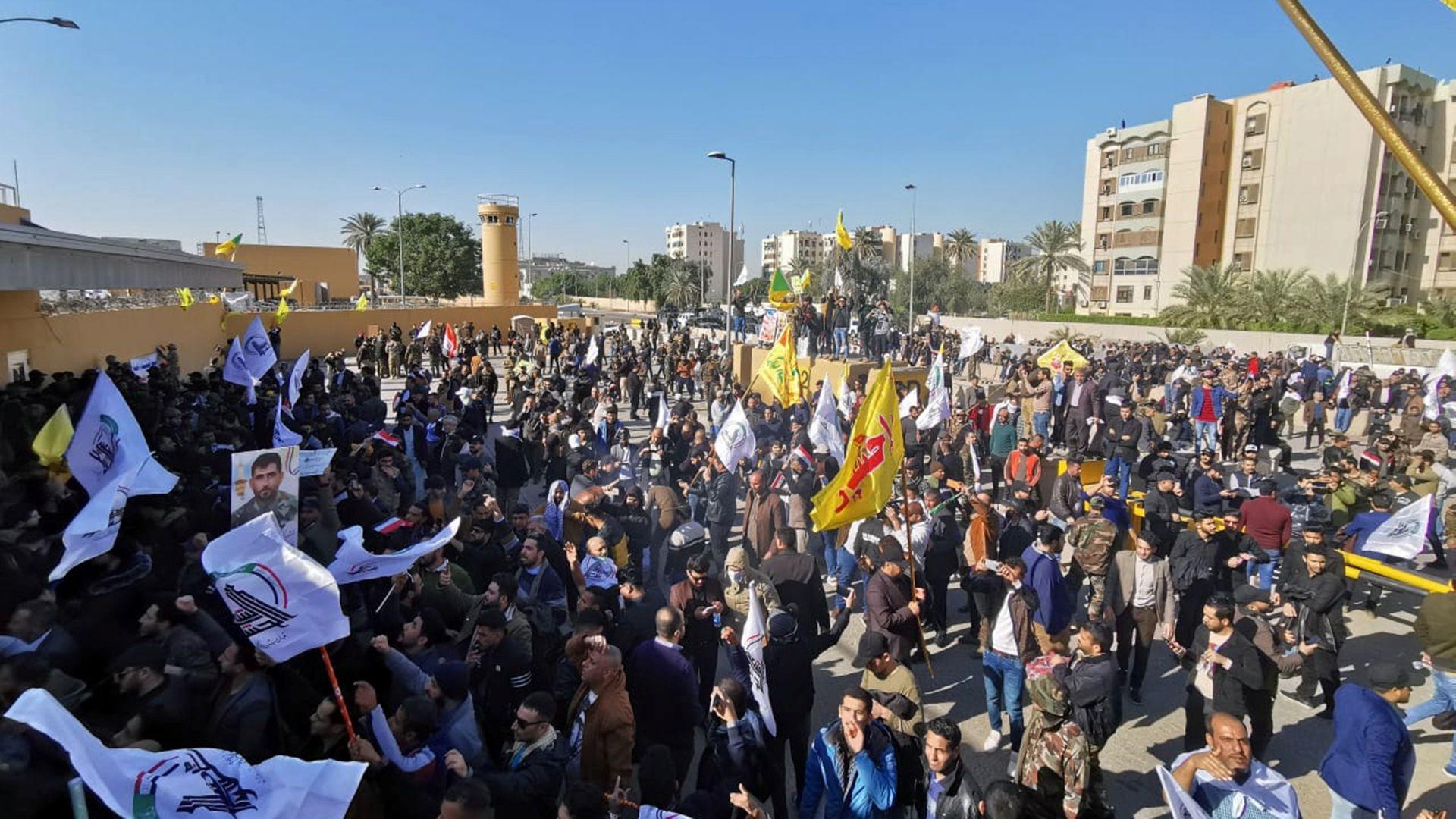 Miles de personas llegaron hasta la embajada este 31 de diciembre (Reuters)