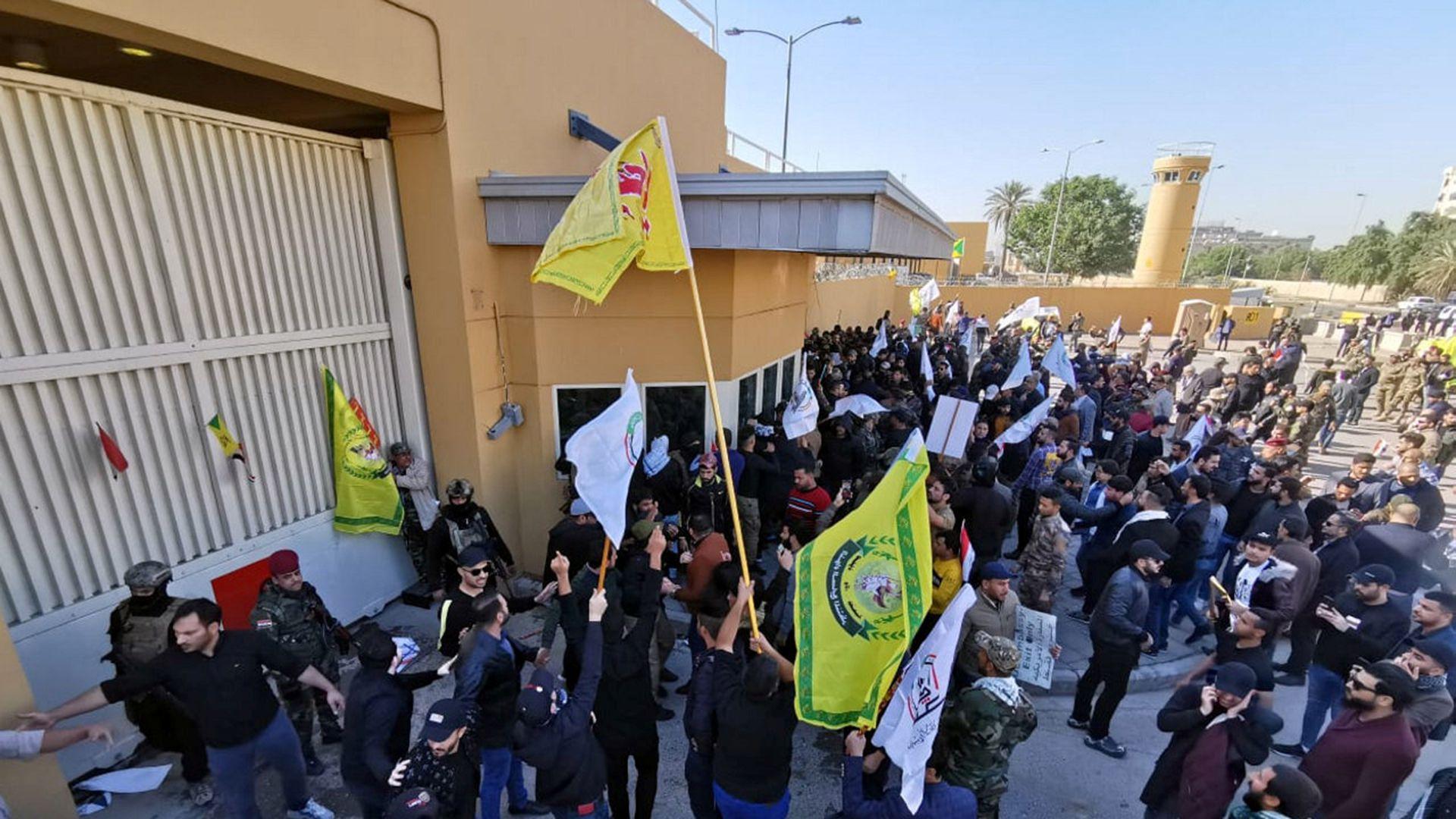 """Llegaron con pancartas que dicen """"El Parlamento debe expulsar a las tropas estadounidenses, si no, nosotros las echaremos"""" y """"Cierren la embajada estadounidense de Bagdad"""" (Reuters)"""