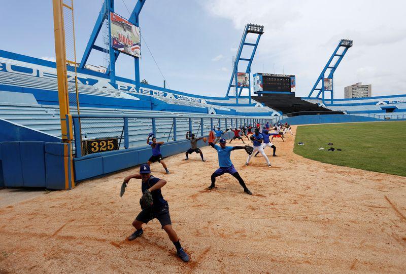 Foto de archivo del equipo de los Industriales practicando en el estadio Latinoamericano de La Habana.  May 25, 2017. REUTERS/Stringer