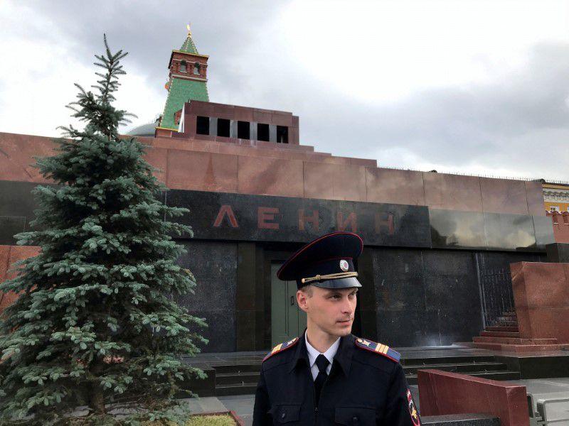 Foto de archivo de un guardia fente al Mausoleo de Lenin en la Plaza Roja, en Moscú.  Jul 5, 2018. REUTERS/Jorge Silva