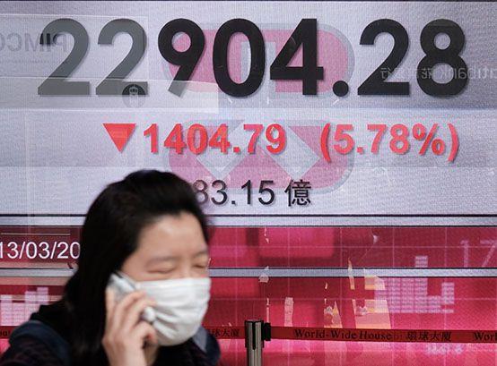 Las bolsas de Asia tuvieron caídas este lunes (Photo by Anthony WALLACE / AFP)