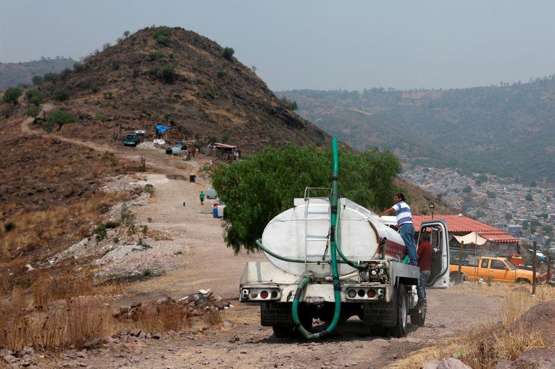 Un camión cisterna distribuye agua gratis a las casas como parte de los esfuerzos del gobierno local en el barrio Tablas del Pozo, donde la escasez del líquido complica la lucha por contener la propagación del coronavirus, en el municipio Ecatepec, en el Estado de México. 16 de abril de 2020. REUTERS / Henry Romero